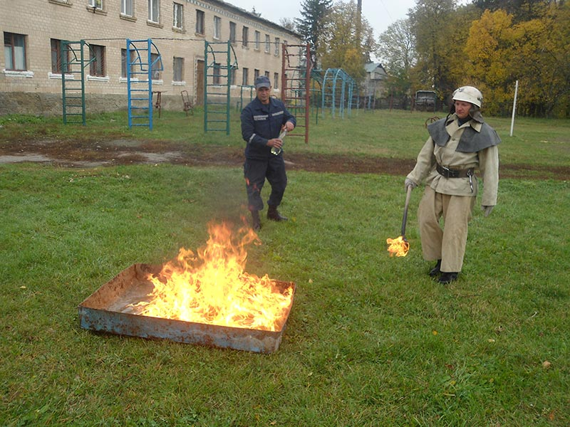 легкозаймиста суміш горить біля Любарського ліцею