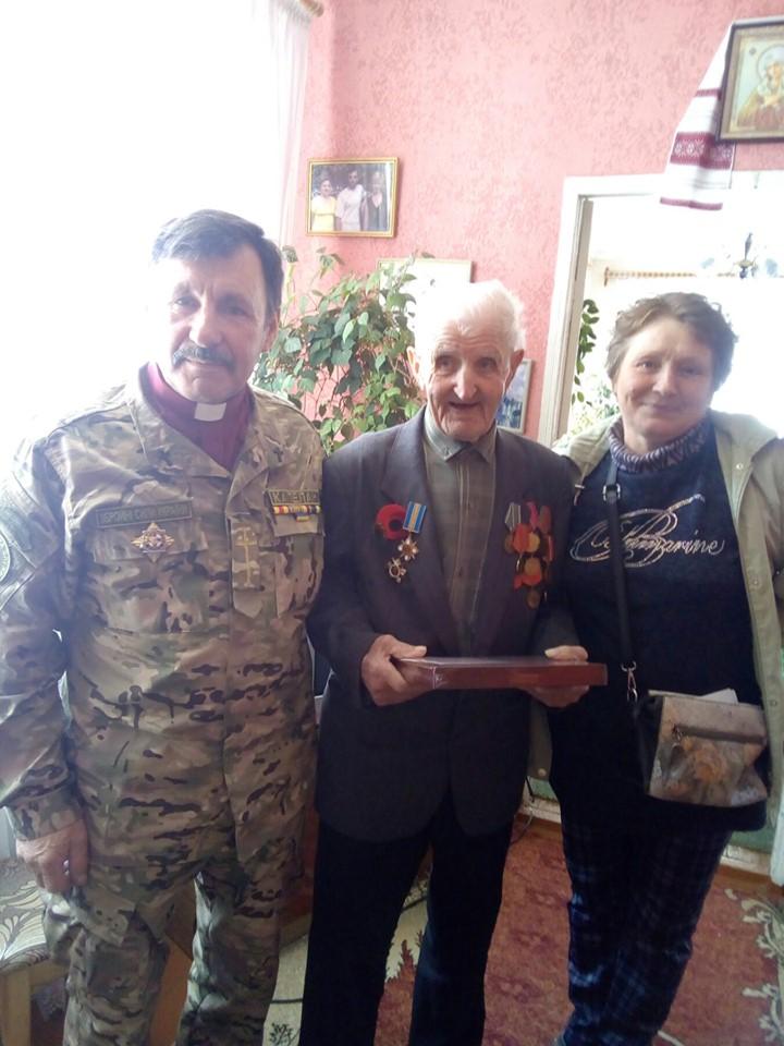 До ветеранів – із вітаннями, і , звісно ж - з подарунками!