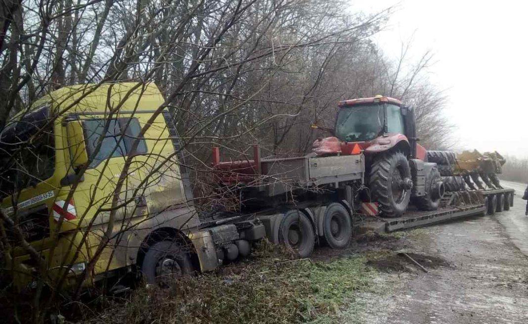 На Любарщині рятувальники витягли трейлер з кювету