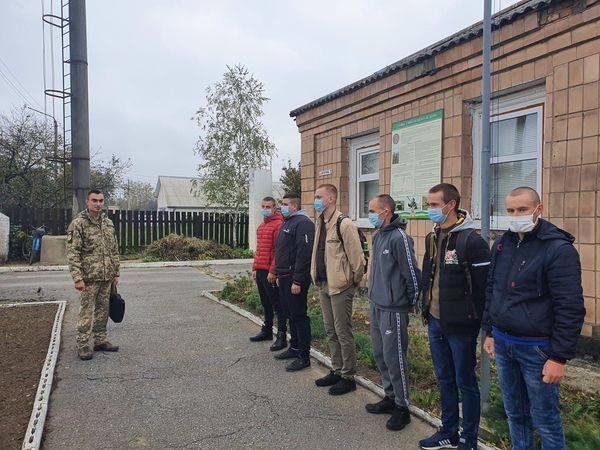 Лави військових поповнилися 15 призовниами з Любарщини