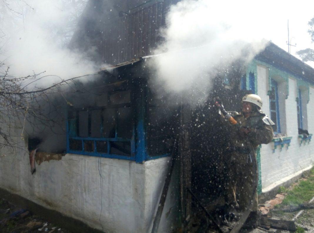 У житловому будинку під час пожежі ледь не вибухнув газовий балон