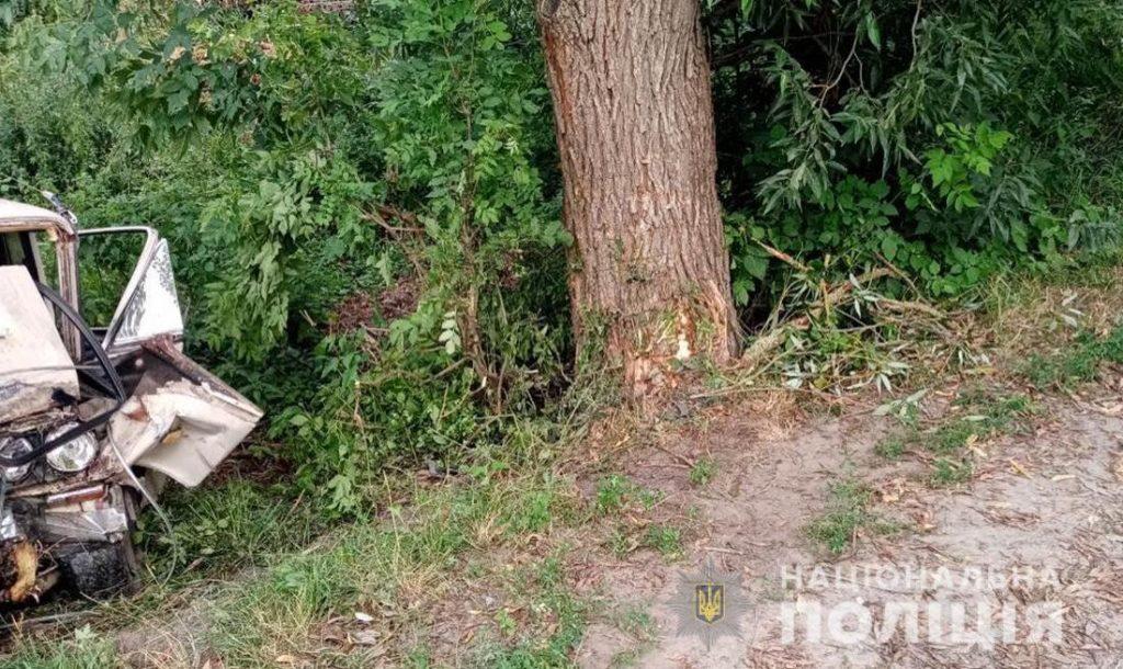 На Любарщині 16-річний юнак влетів на авто в дерево