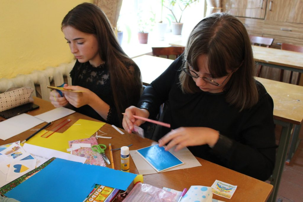 Школяри Любарщини долучилися до акції «Крила захисту», присвяченої виготовленню листівок для воїнів ООС